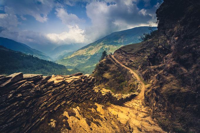 険しい山道の画像