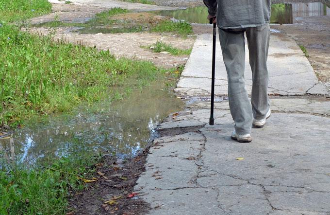 杖をついて歩く人の画像