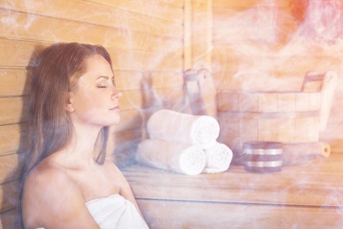 サウナで蒸気を浴びている女性の画像