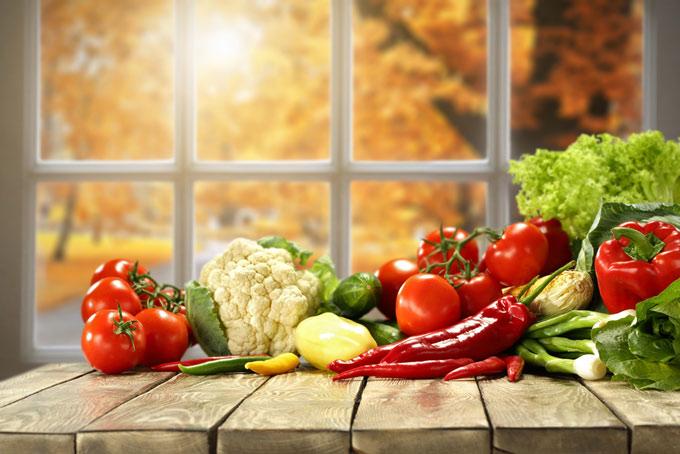 窓際に置かれたさまざまな野菜の画像