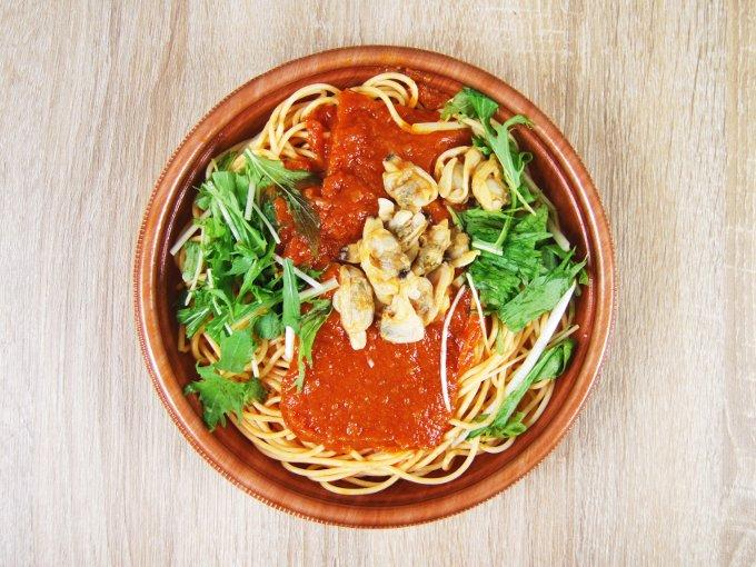 容器のふたを外した「1/2日分野菜パスタ あさりと水菜のボンゴレ」の画像