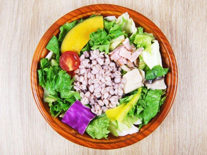 容器のフタを外した「温めて食べるサラダ(トマトクリームソース入り)」の画像