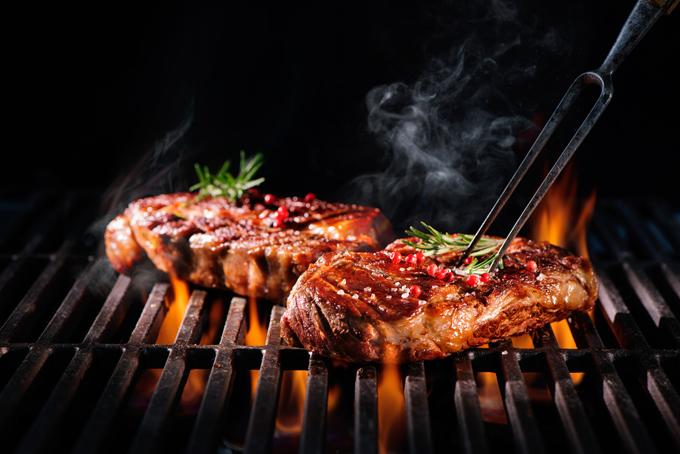 ステーキを調理している画像