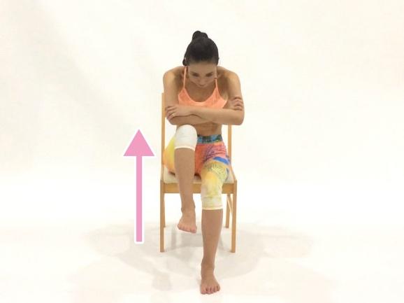 片脚のひざを上げる