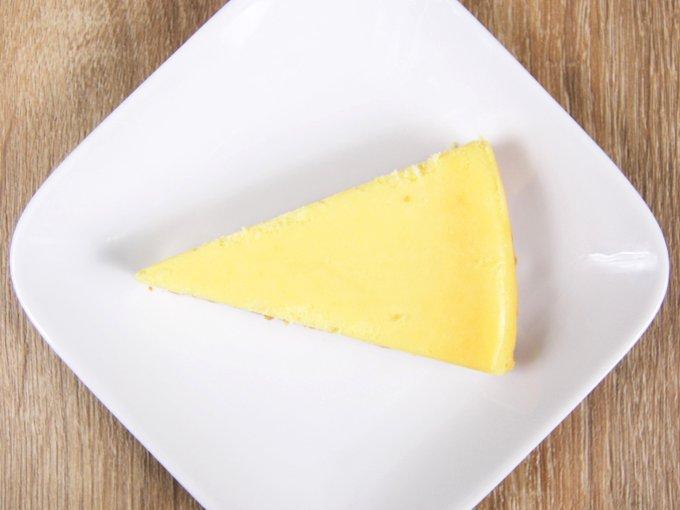 お皿に移した「ベイクドチーズケーキ」の画像