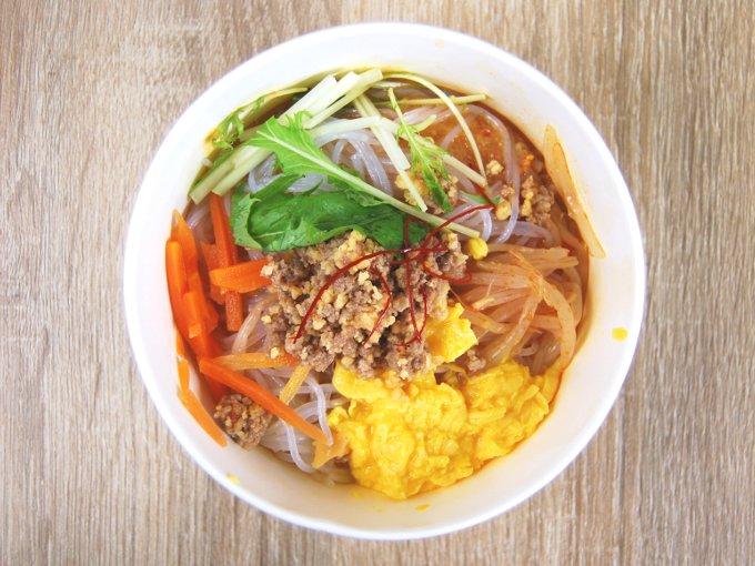 容器のふたを外した「麻辣スープ」の画像