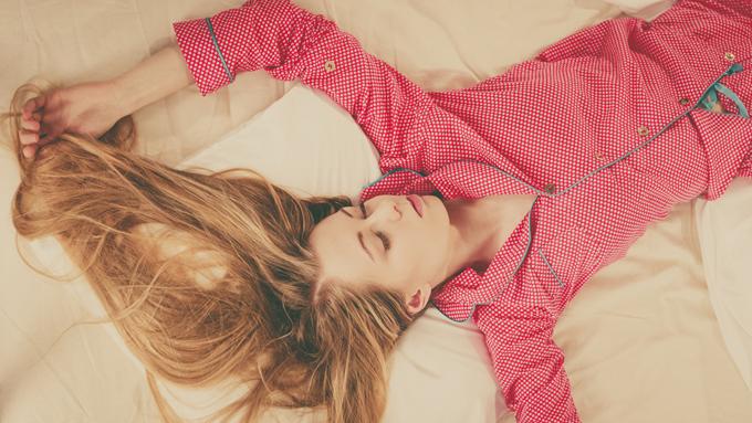 赤ピンクのパジャマを着ている女性