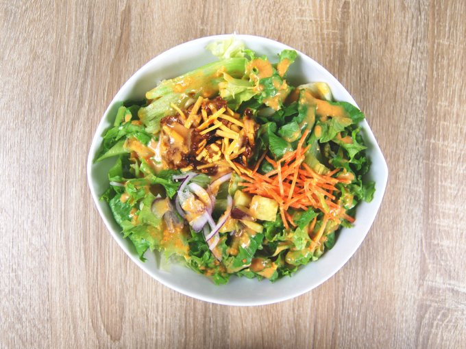 お皿に入った「タッカルビ風雑穀入りサラダ」の画像