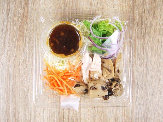 容器のふたを外した「きのことサラダチキンのサラダ」の画像
