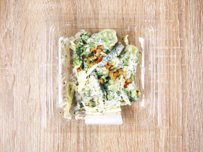容器のふたを外した「バジルチーズグリーンサラダ」の画像