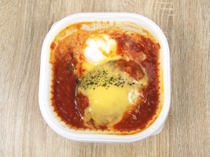 容器のふたを外した「とろ~りチーズソーストマトソースのロコモコ」の画像