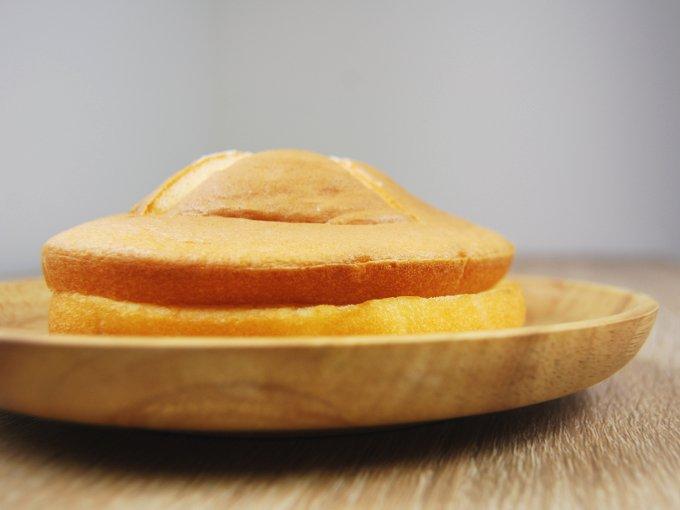 お皿に移した「ダブルクリームサンド(メロン&ミルク)」を横から見た画像