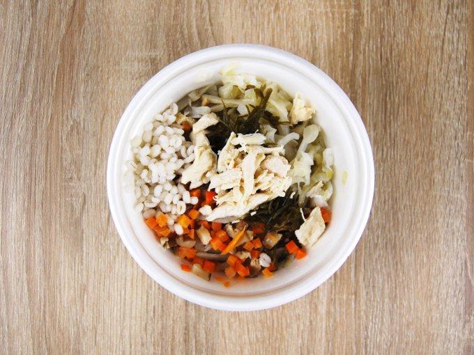 容器のふたを外した「生姜入りもち麦のスープ」の画像