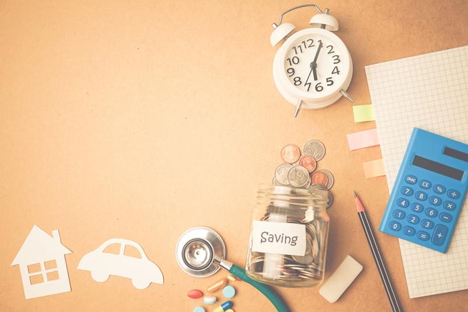 置き時計に小瓶にコインが入っている画像