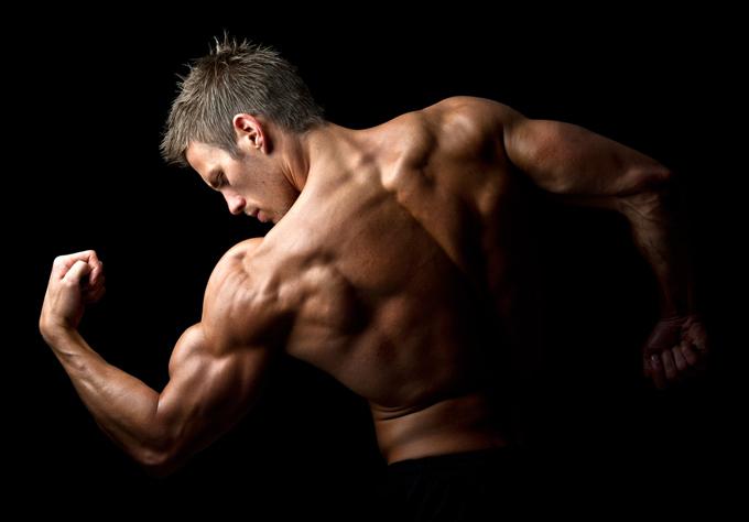 鍛えられた筋肉を持つ男性の画像