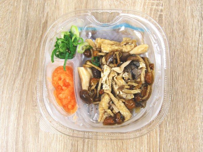 容器のふたを外した「秋の味わい! きのこの冷たいお蕎麦」の画像