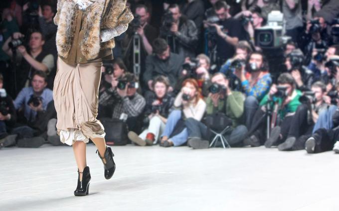 ファッションショーの花道を歩く人の画像