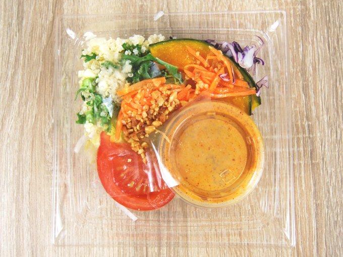 容器のふたを外した「かぼちゃとキャロットラペのサラダ」の画像