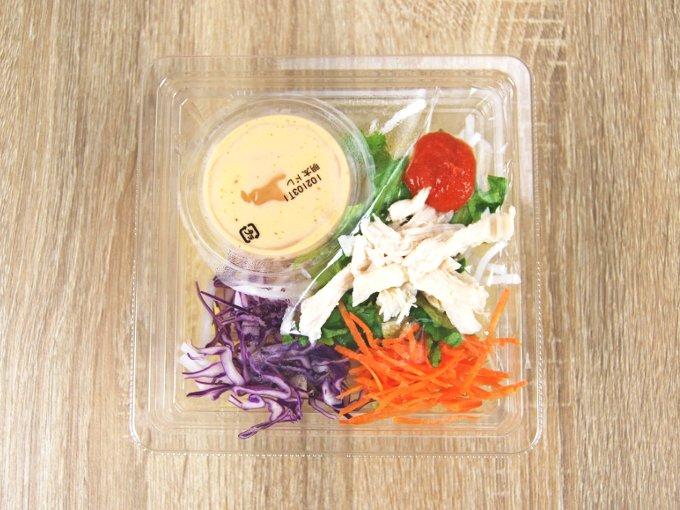 容器のふたを外した「博多明太子クリーミードレで食べるパスタサラダ」の画像