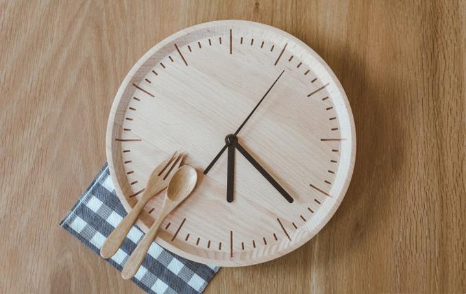 18時過ぎを指す時計とカトラリー