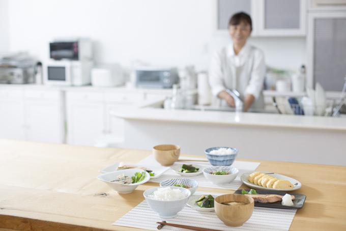 食卓の上にバランスの良い食事