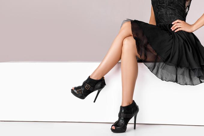 黒いワンピースを着て座っている女性の足元の画像
