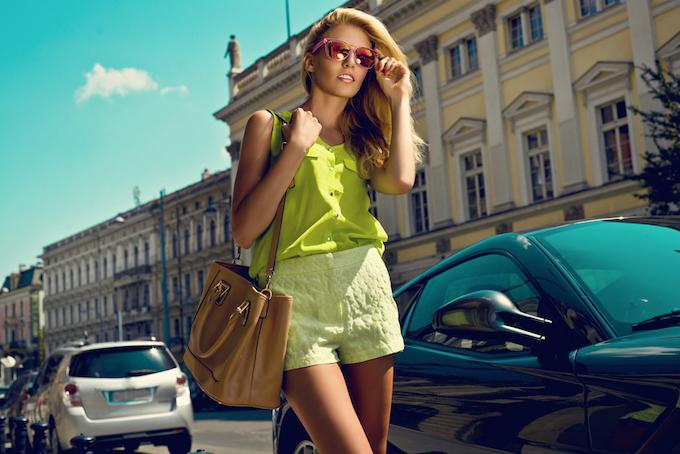 黄色のショートパンツを履いた女性の画像