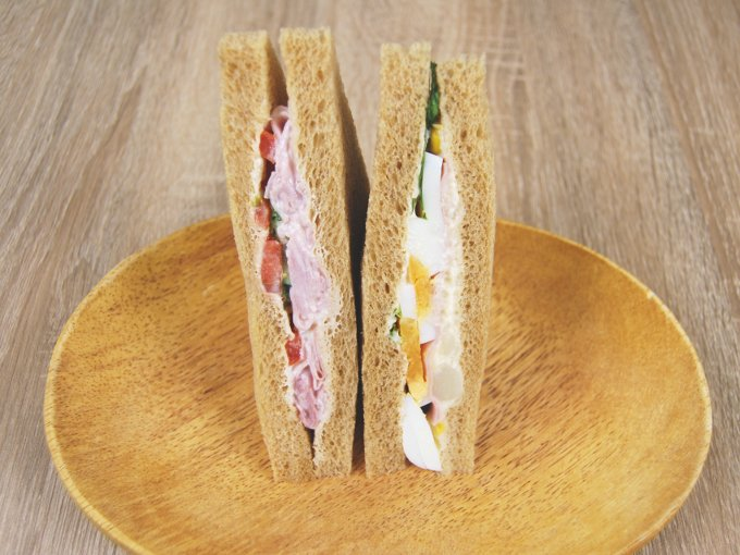 お皿に移した「全粒粉サンドハムと野菜サラダ」の画像