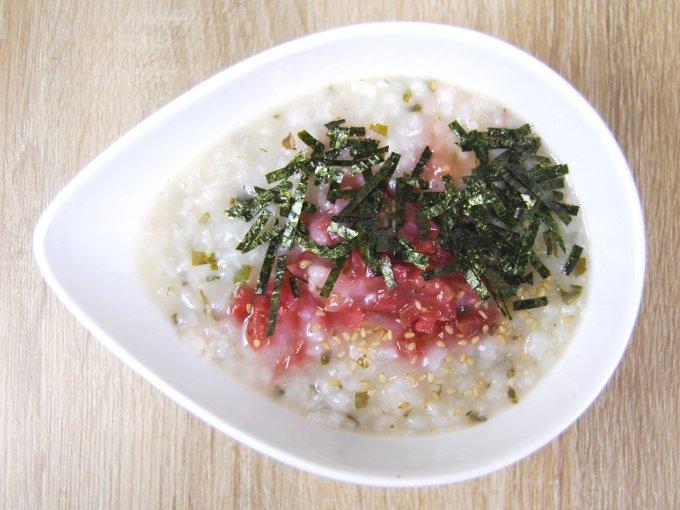 お皿に移した「あごダシ入り! 梅と大葉のおかゆ」の画像