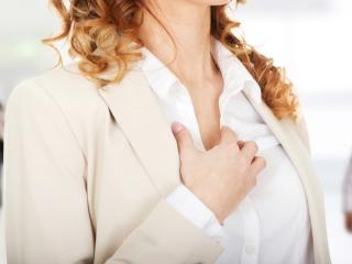 胸元をおさえる女性