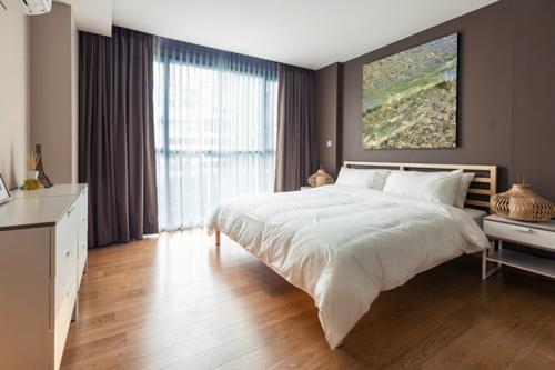ブラウン調の寝室