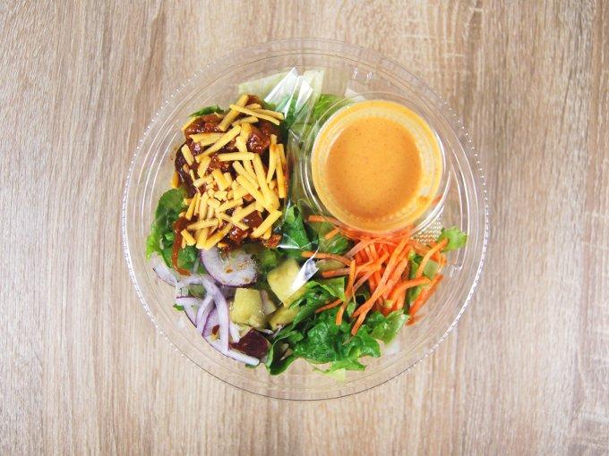 容器に入った「タッカルビ風雑穀入りサラダ」の画像