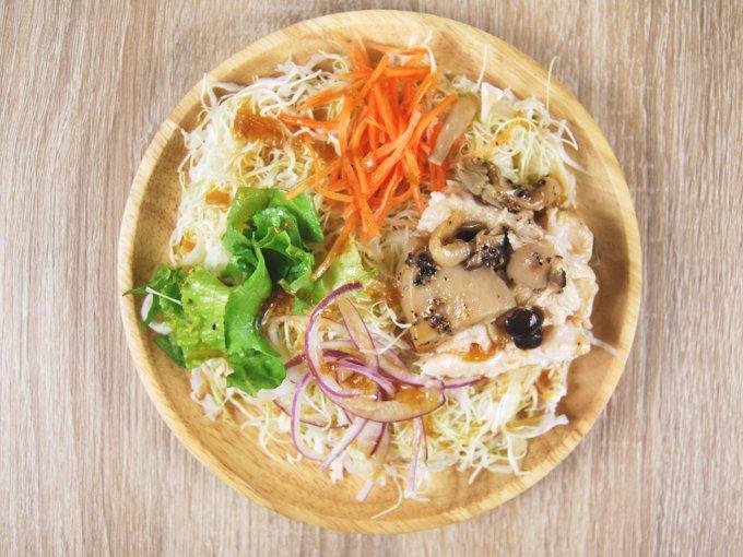 お皿に移した「きのことサラダチキンのサラダ」の画像
