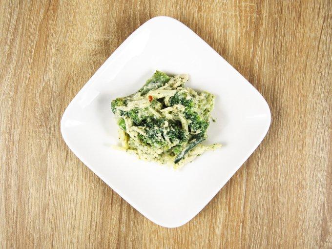 お皿に移した「バジルチーズグリーンサラダ」の画像