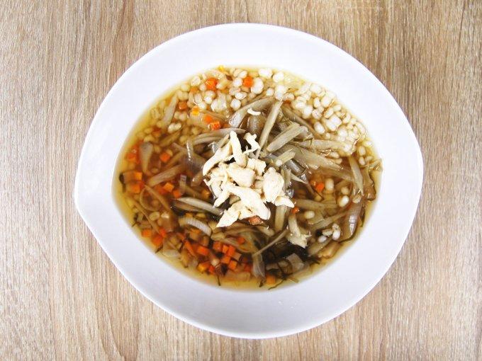 お皿に移した「生姜入りもち麦のスープ」の画像