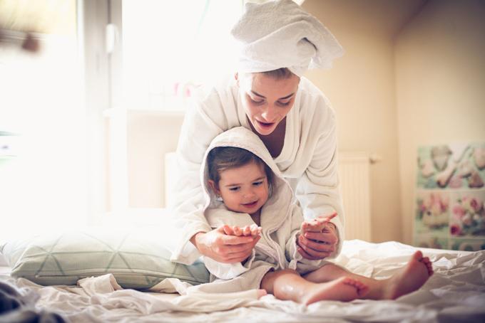 お風呂上がりの女性と子ども