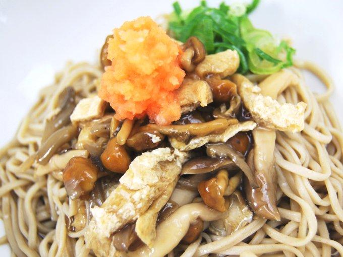 お皿に移した「秋の味わい! きのこの冷たいお蕎麦」のアップ画像