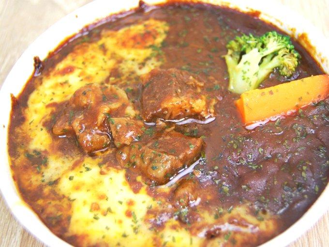 容器の蓋を外した「ビーフシチュードリア(アンガス種牛肉使用)」のアップ画像