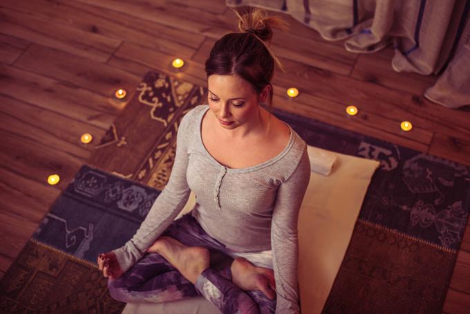 部屋で瞑想している女性