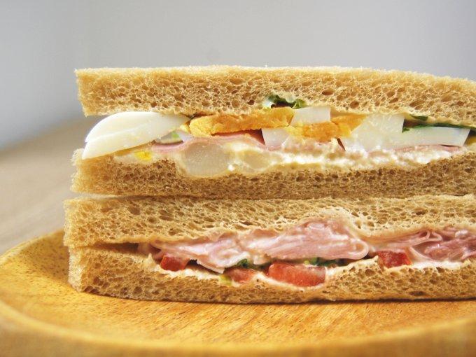 お皿に移した「全粒粉サンドハムと野菜サラダ」のアップ画像
