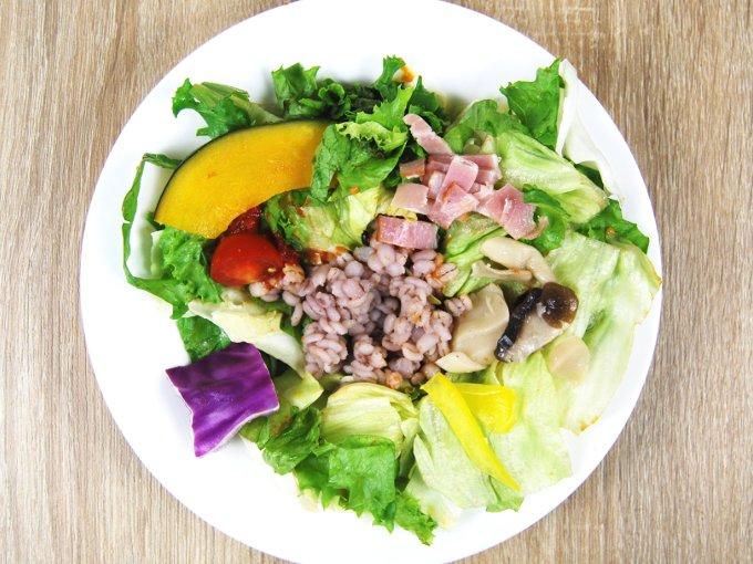 お皿に移した「温めて食べるサラダ(トマトクリームソース入り)」の画像