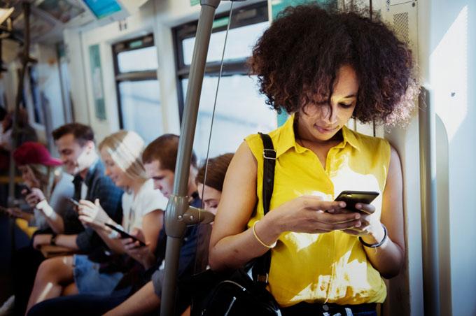 電車で立つ女性
