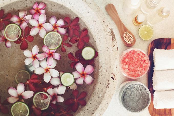 花びらとフルーツが浮かんでいる足浴