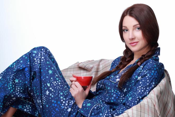 パジャマを着る女性