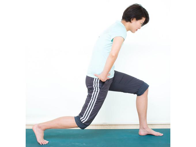 腰を下ろすとき、上半身が前かがみにならないように注意