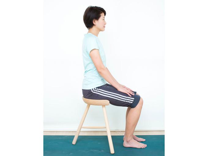 イスの背にもたれず、自然に背すじを伸ばして座ります。