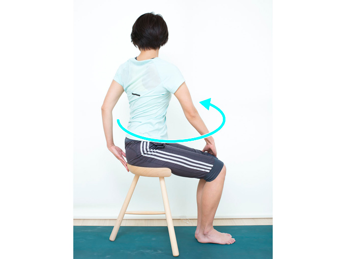 両手を下ろし、右手は左ひざに、左手はお尻の後ろあたりに置いて、ウエストをしっかりひねります。