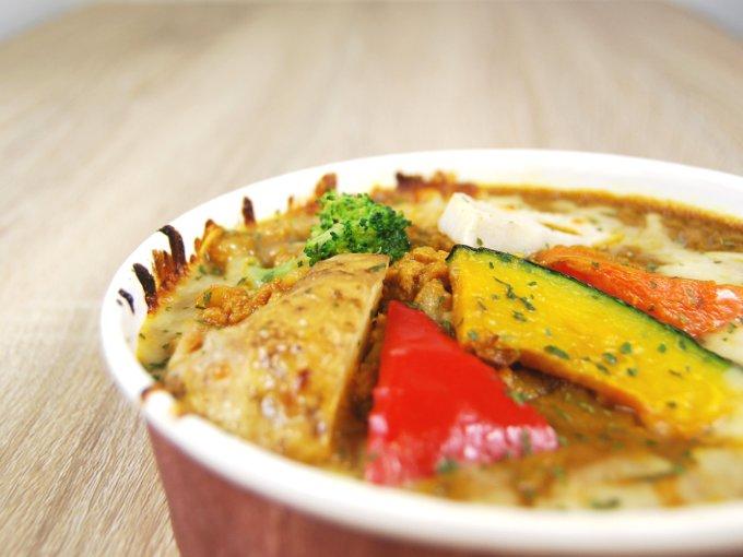 容器に入った「銀座デリー監修 野菜キーマカレードリア」のアップ画像