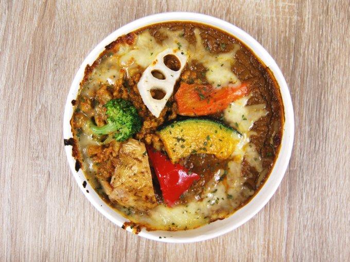 容器のふたを外した「銀座デリー監修 野菜キーマカレードリア」の画像