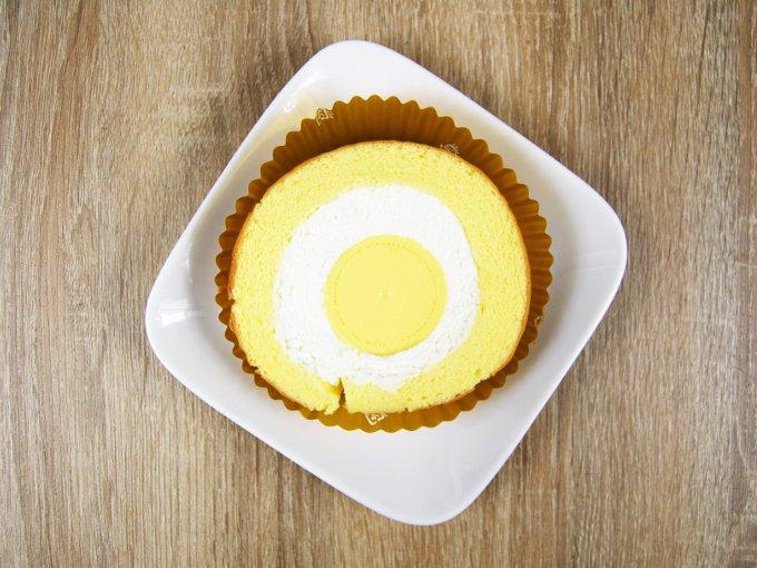 お皿に移した「まんまるプリンのロールケーキ」の画像
